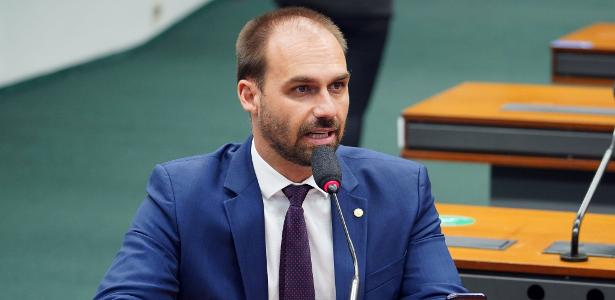 Eduardo Bolsonaro appears in an old video criticizing gas prices