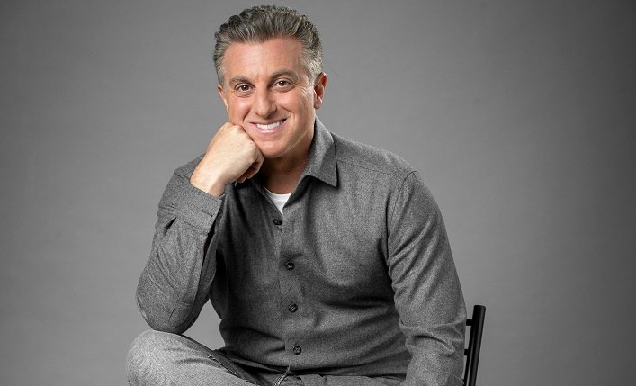Luciano Huck wins arm wrestling with Globo and his name will appear on a new show
