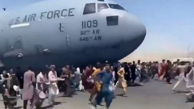 The crowd tries to escape from the Taliban through Kabul airport on Monday (August 16).  The photos show what it would be like for people to fall off the landing gear of a US Air Force C-17 transport plane.