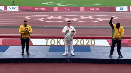Thiago Paulino protested a lot when taking the bronze in the F57 throw;  Marco Aurelio Borges receives the silver medal at the Paralympic Games in Tokyo