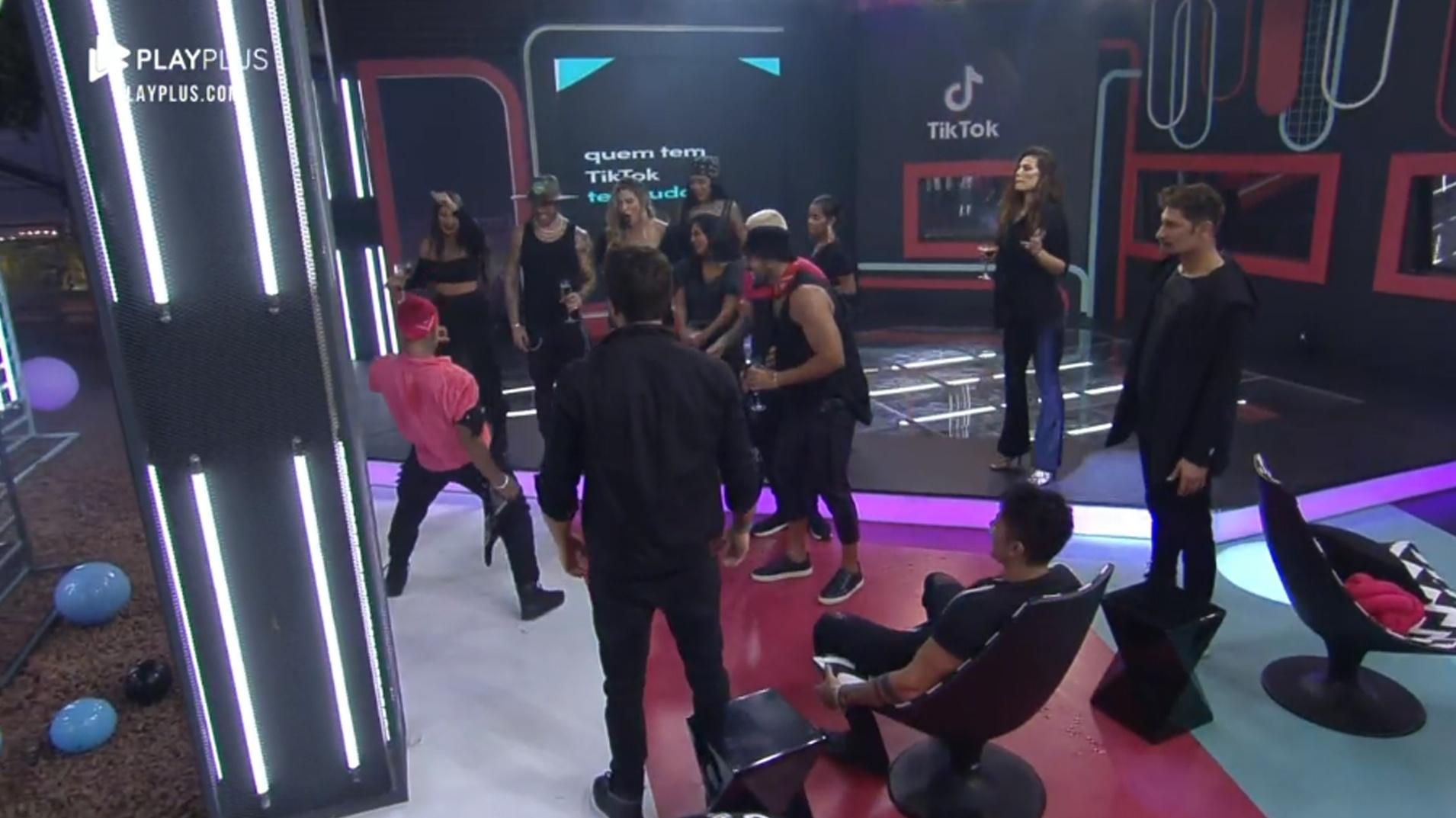 A Fazenda 2021: Dynho Alves puts on a dance show at the party - clone / Playplus
