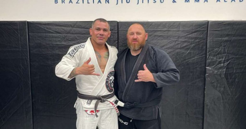 Jiu-Jitsu black belt receives athletic coach in the United Kingdom from a Brazilian teacher