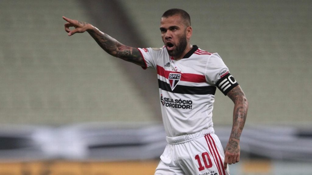 Daniel Alves rejects Fluminense salary offer and remains without club a week after leaving Sao Paulo