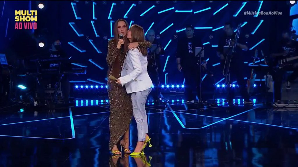 """Ivete and Claudia Leitte sing together in """"Música Boa"""": """"They said we don't love each other, today we live together""""    good live music"""