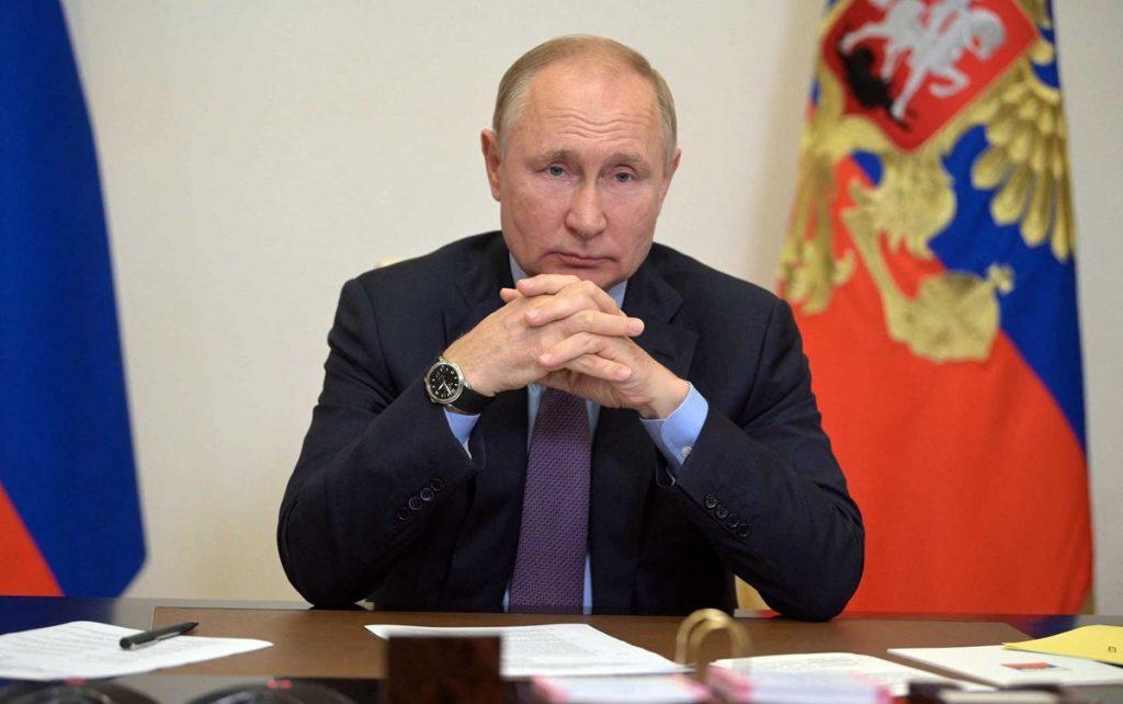 """Putin is self-isolating after revealing that """"dozens"""" around him were infected with the Corona virus 