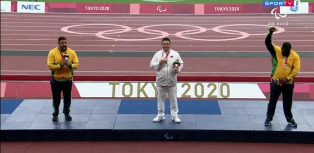 Thiago Paulino protests on the podium after losing the gold medal