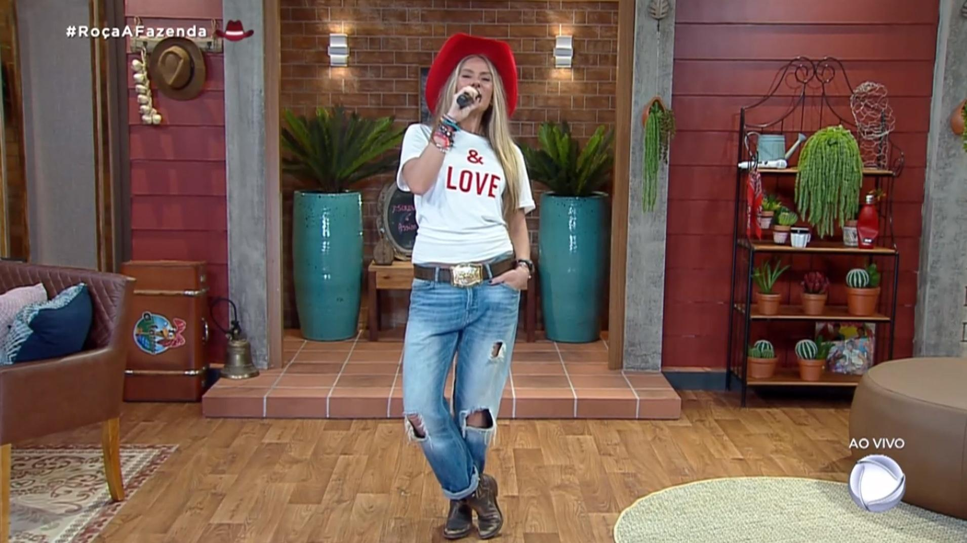 Farm 2021: Adriane Galisteu in jeans and a red hat - procreation / Playplus