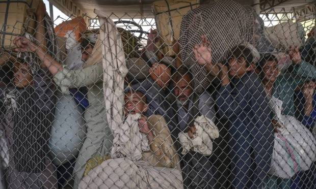 People rush through the Pakistan border gate from Spin Boltak, which borders Afghanistan.  Thousands of Afghans tried to escape poverty and settle on the southern border of their country, but the Taliban tried to cross the photo.