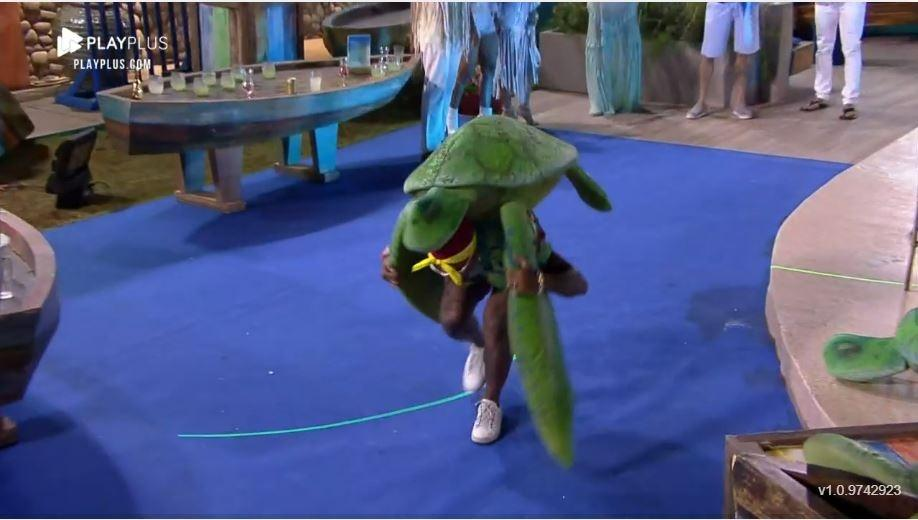 Farm 2021: Dinho plays with the tortoise at the party - Procreation / Playplus