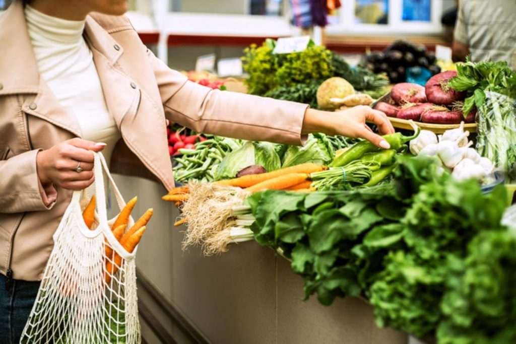 Nutritionist gives 5 tips for eating healthy while spending less