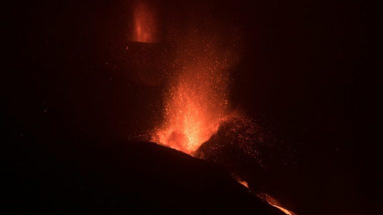Cinzas de vulcão provocam novo fechamento do aeroporto de La Palma
